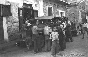 The arrival of American Jeeps of the Allies excites the curiosity of inhabitants of this Sicilian village, especially the children.